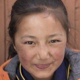 Portret Tybetańska Buddyjska młoda dziewczyna w Hemis monasterze, Ladakh, Północny India Obraz Royalty Free