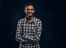 Portret uśmiechnięty Indiański facet jest ubranym w kratkę koszula pozuje z jego rękami krzyżować i patrzeje kamerę zdjęcia royalty free