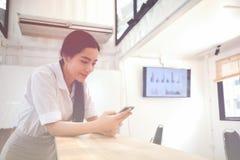 Portret uśmiechać się ładnej młodej biznesowej kobiety na miejscu pracy, zdjęcie stock