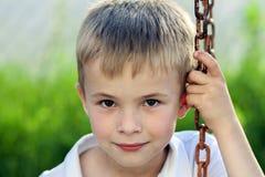 Portret uśmiechać się chłopiec z złotej blondynki słomianym włosy troszkę ja Obraz Stock