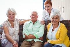 Portret uśmiechać się przechodzić na emeryturę osoby patrzeje kamerę zdjęcia royalty free