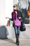 Portret uśmiecha się torba na zakupy i niesie urocza młoda kobieta Zdjęcia Royalty Free