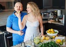 Portret uśmiechnięci śmia się biali Kaukascy pary dwa kobieta w ciąży z męża kulinarnym jedzeniem ludzie, łasowanie cytrus Fotografia Royalty Free