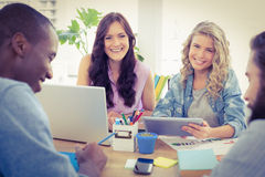 Portret uśmiechnięci żeńscy ludzie biznesu używa cyfrową pastylkę Zdjęcia Stock