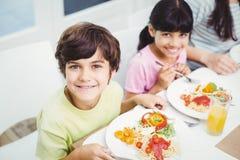 Portret uśmiechnięci dzieci ma jedzenie Zdjęcie Stock
