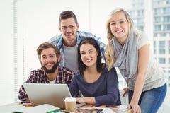 Portret uśmiechnięci ludzie biznesu używa laptop obraz stock