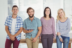 Portret uśmiechnięci ludzie biznesu z cyfrową pastylką Zdjęcia Stock
