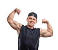 Portret uśmiechnięci młodzi mięśniowi facetów przedstawienia zbroi mięśnie - bicepsy Zdjęcie Royalty Free