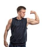Portret uśmiechnięci młodzi mięśniowi facetów przedstawienia zbroi mięśnie - bicepsy Obrazy Royalty Free
