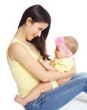 Portret uśmiechnięci potomstwa matki i dziecka bawić się Obraz Royalty Free