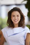 Portret uśmiechnięci potomstwa mieszający biegowy bizneswoman, pionowo zdjęcie stock