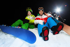 Portret uśmiechnięci snowboarders przy nocą Fotografia Stock
