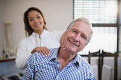 Portret uśmiechnięta żeńska terapeuta masowania szyja Zdjęcie Royalty Free