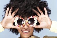 Portret uśmiechnięta afrykańska dziewczyna z okularami przeciwsłonecznymi Obrazy Stock