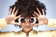 Portret uśmiechnięta afrykańska dziewczyna z okularami przeciwsłonecznymi Fotografia Stock