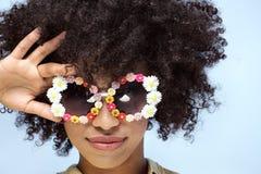 Portret uśmiechnięta afrykańska dziewczyna z okularami przeciwsłonecznymi Fotografia Royalty Free