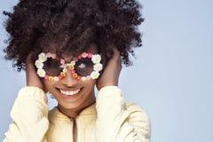 Portret uśmiechnięta afrykańska dziewczyna z okularami przeciwsłonecznymi Obraz Royalty Free