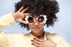 Portret uśmiechnięta afrykańska dziewczyna z okularami przeciwsłonecznymi Obraz Stock