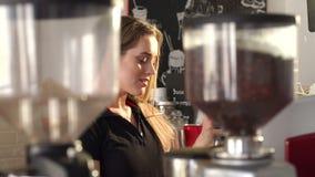 Portret uśmiechnięta barista dziewczyna w nowożytnym sklepie z kawą, przygotowywa kawę zbiory wideo