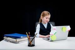 Portret uśmiechnięta biznesowa dziewczyna pisać na maszynie na laptopie Obrazy Stock
