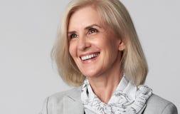 Portret uśmiechnięta biznesowa kobieta patrzeje daleko od obraz royalty free