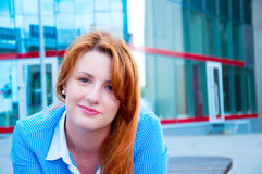 Portret uśmiechnięta biznesowa kobieta patrzeje pewnie przy kamerą Obrazy Royalty Free
