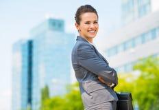 Portret uśmiechnięta biznesowa kobieta w nowożytnym biurowym okręgu Fotografia Royalty Free