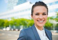 Portret uśmiechnięta biznesowa kobieta w nowożytnym biurowym okręgu Zdjęcia Royalty Free
