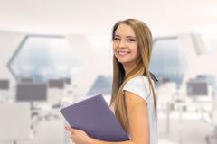 Portret uśmiechnięta biznesowa kobieta z papierową falcówką W biurze Obraz Royalty Free