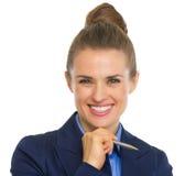 Portret uśmiechnięta biznesowa kobieta z piórem Zdjęcia Stock