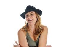Portret uśmiechnięta blondynka w czarnym kapeluszu Zdjęcia Royalty Free