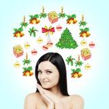 Portret uśmiechnięta brunetka która czeka boże narodzenia i sylwester Choinek dekoracje rysują na ligh Zdjęcia Stock