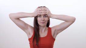 Portret uśmiechnięta brunetki kobieta robi ćwiczeniu usuwać głębokich horyzontalnych zmarszczenia na czole zbiory
