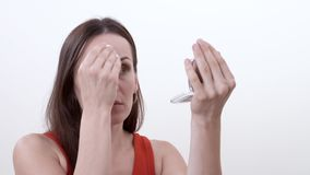 Portret uśmiechnięta brunetki kobieta stawia proszek na jej twarzy od kieszeń proszka podstawy używać gąbkę zbiory