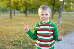 Portret uśmiechnięta chłopiec pięć Fotografia Stock