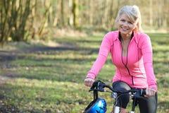 Portret Uśmiechnięta Dojrzała kobieta Na cykl przejażdżce W wsi fotografia stock