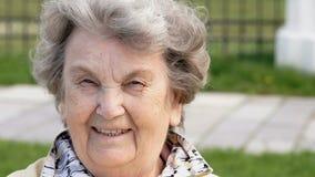 Portret uśmiechnięta dojrzała stara kobieta outdoors zbiory wideo