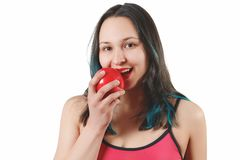 Portret uśmiechnięta dziewczyna w ciasnym odziewa dla sprawności fizycznej trzymać wielkiego czerwonego Apple przed on pojedynczy zdjęcie stock