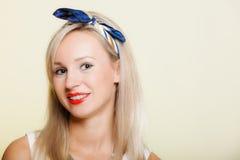Portret uśmiechnięta dziewczyna z brasów zębami prostuje, ząb higiena zdjęcie royalty free