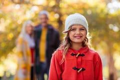 Portret uśmiechnięta dziewczyna z rodziną w tle Fotografia Royalty Free