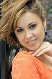 Portret uśmiechnięta dziewczyna z upaćkanym włosy Obrazy Royalty Free
