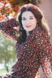 Portret uśmiechnięta jesieni dziewczyna z czerwoną jesienią Obraz Royalty Free