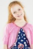 Portret Uśmiechnięta Kaukaska Redhaired mała dziewczynka Trwanie aga Zdjęcie Stock