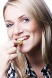 Portret uśmiechnięta kobieta je zielonego winogrona zdjęcie stock