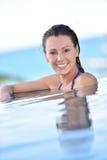 Portret uśmiechnięta kobieta w basenie Zdjęcia Royalty Free