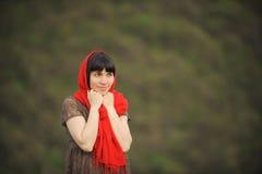 Portret Uśmiechnięta kobieta w Czerwonym szaliku Fotografia Royalty Free