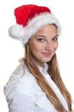 Portret uśmiechnięta kobieta z bożymi narodzeniami kapeluszowymi Obraz Stock