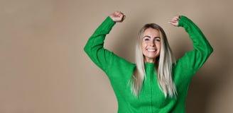 Portret Uśmiechnięta kobieta Z pięściami Przeciw W górę A nagiej postaci tła zdjęcie stock