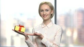 Portret uśmiechnięta kobieta z prezenta pudełkiem zbiory wideo