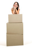 Portret uśmiechnięta kobieta z pudełkami Obraz Stock